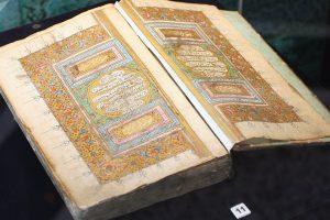 بالفيديو..معمر روسي يجري عملية بالعين والسبب«القرآن الكريم»