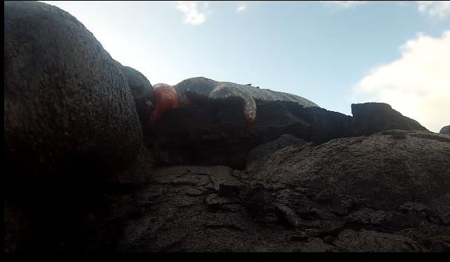 شاهد.. كاميرا تنجو من النار وتسجل مشهد رائع للحمم البركانية